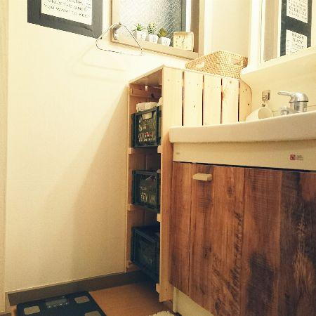 すのこ板を使った棚で、隙間にぴったり収まる収納