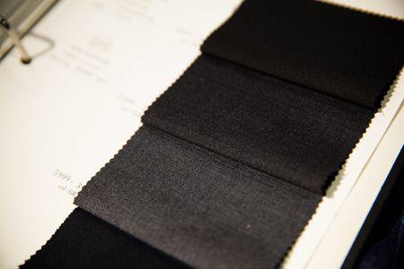 ステップ1:まずはスーツの生地の色柄を決めましょう! 3枚目の画像