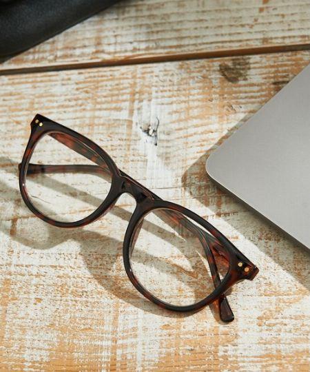 女性が歩み寄りやすいメガネのチョイスを