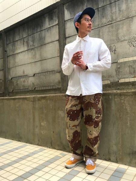 端正な白シャツをキャップ&迷彩パンツでストリートっぽく着こなす