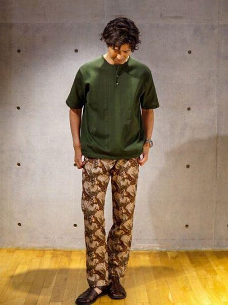 ミリタリー系カラーを駆使した個性的Tシャツスタイル
