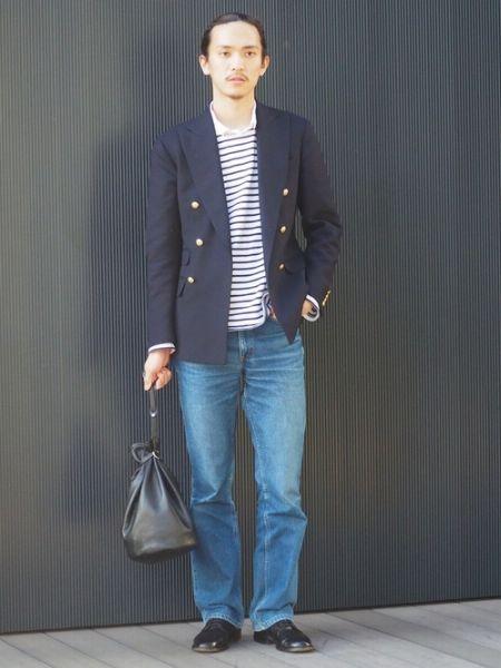 紺ブレ&重ね着で、爽やかなマリンルックを形成