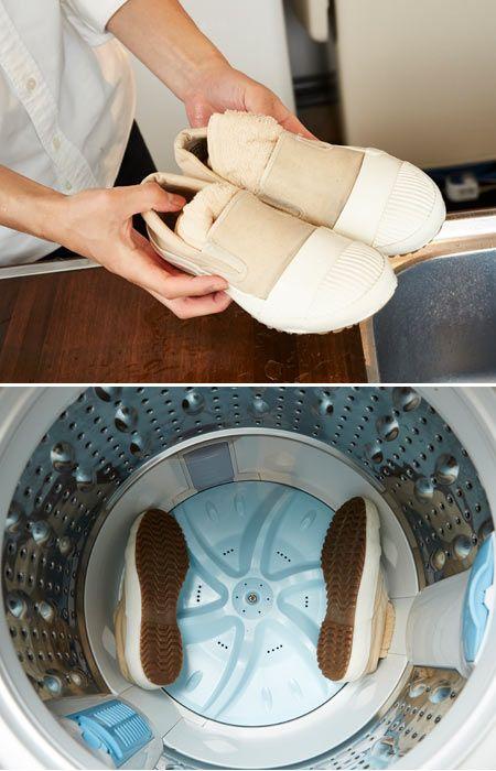 9.タオルをスニーカーに詰めて、洗濯機で脱水する