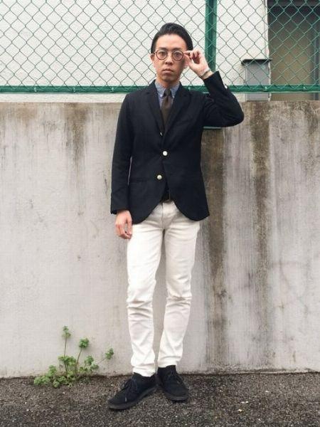 ホワイトジーンズを合わせてクリーンに着崩した好例【カジュアル度:★★★☆☆】