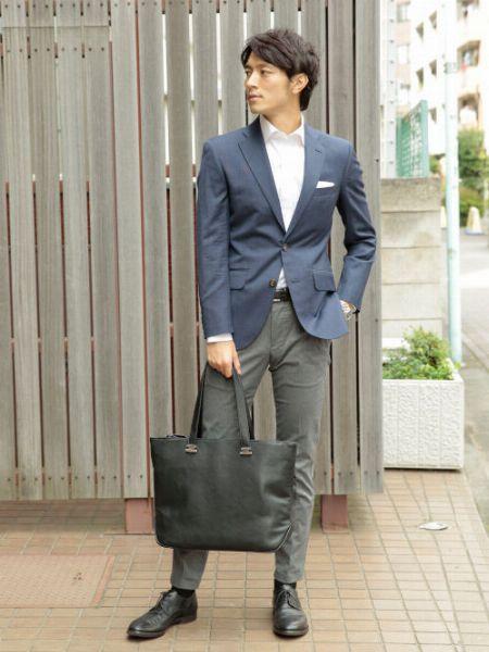 襟の立体感とポケットチーフで寂しい印象を払拭!【カジュアル度:★★☆☆☆】