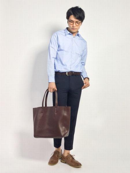 ドレスシャツ+スラックスでビジネス対応の雰囲気を確保【カジュアル度:★★★☆☆】