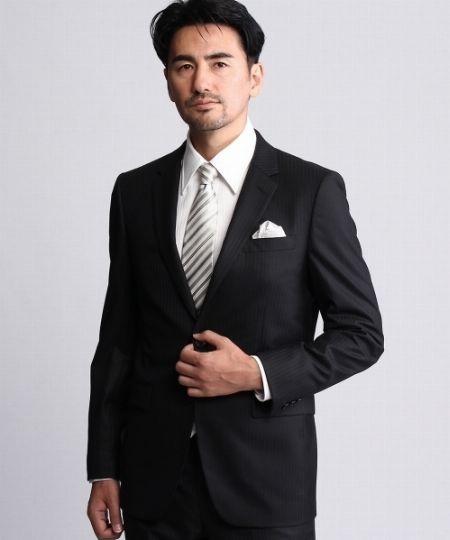 ブラックスーツには基本の白かシルバーを
