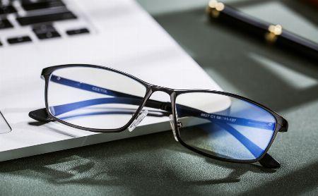 意外な盲点。ブルーライトカットメガネを着用する際に注意すべきこと