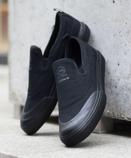 今夏の足元も、黒でおしゃれに。大人らしく