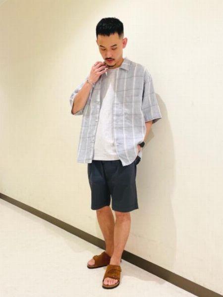 ▼ポイント2:ショートパンツと合わせる場合は、トップスは長袖か襟付きを