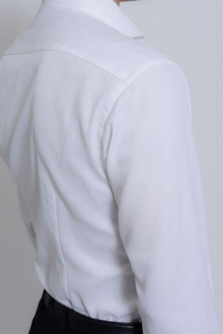 白いワイシャツには透けないベージュカラーを