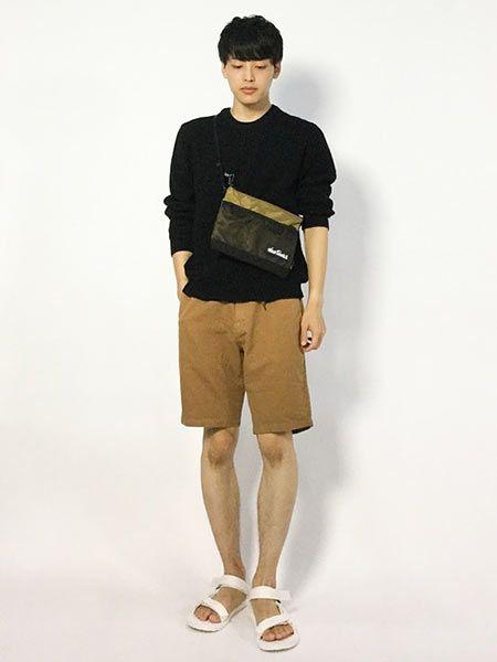 シンプルな着こなしは差し色を効果的に活用する!