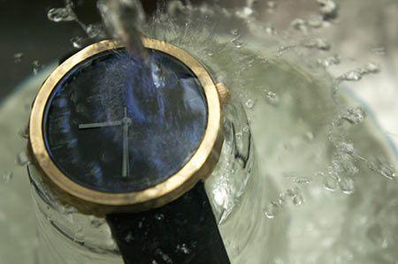 防水だからと水で洗うのは危険