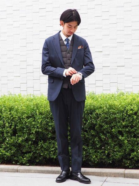 落ち着いた色味の1着ならスーツとも違和感なく調和