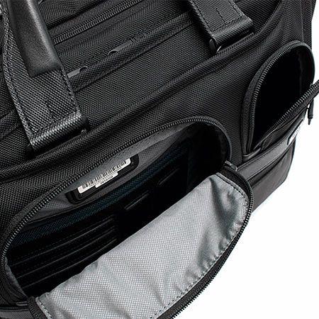 荷物を整理して収納できるポケットを豊富に装備