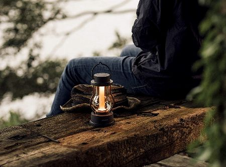 キャンプの楽しい夜を明るく照らす。ランタンがあれば気分もアガる