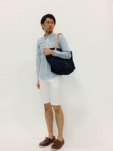 長袖シャツ×ショートパンツ×デッキシューズで作る、大人きれいめカジュアル 2枚目の画像