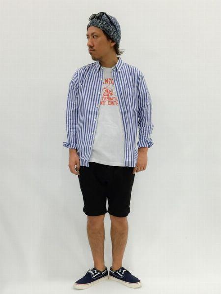 長袖シャツ×ショートパンツ×デッキシューズで作る、大人きれいめカジュアル 4枚目の画像