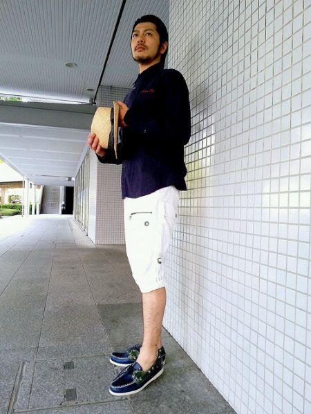 長袖シャツ×ショートパンツ×デッキシューズで作る、大人きれいめカジュアル 5枚目の画像