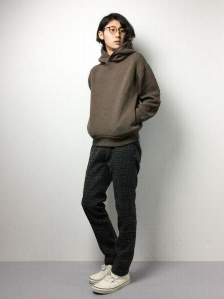 「ハリスツイード」のジャケットが際立つブラックワントーンコーデ