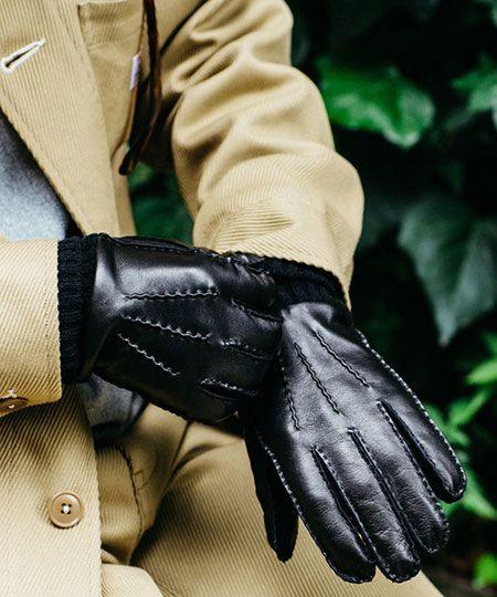 ▼ビジネススタイルに合わせる手袋は、靴やベルトと合わせて表革をセレクト