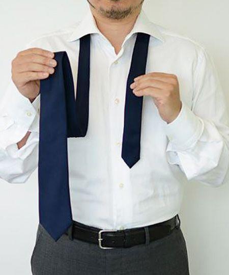 ネクタイをシャツの襟に通す