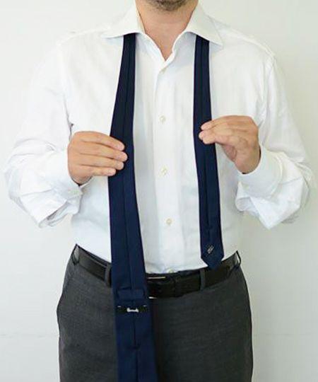 ネクタイを裏向きにして襟に通す