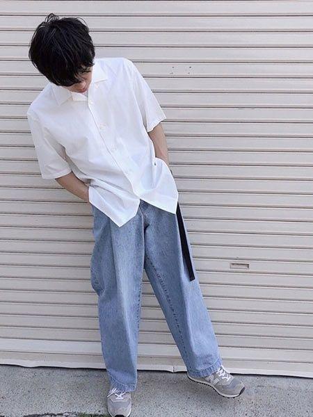 白のオープンカラーシャツで軽快なリラックス感を醸出
