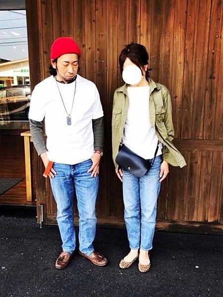 白Tシャツ×ジーンズの王道ペアは重ね着で個性を