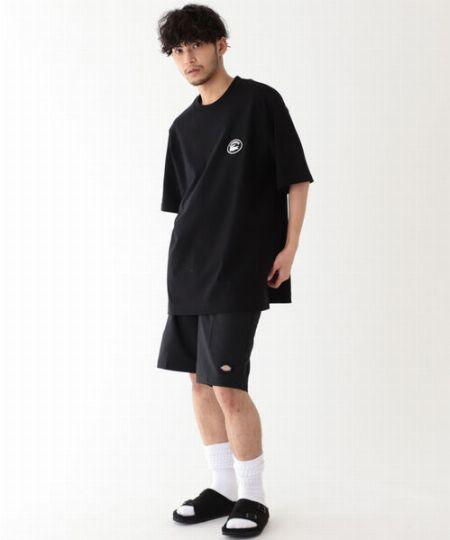 シンプルなTシャツ&ショーツでも今どきな雰囲気に