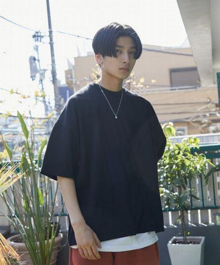 黒Tシャツが、ラフな夏コーデを引き締める