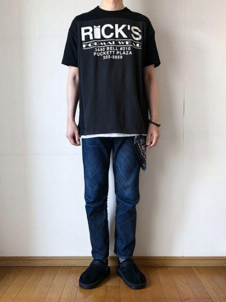 Tシャツと色を揃えてクールな小物として着用