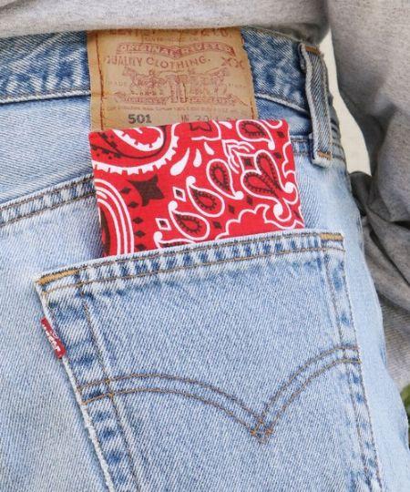 ▼その2:パンツのバックポケットから覗かせる