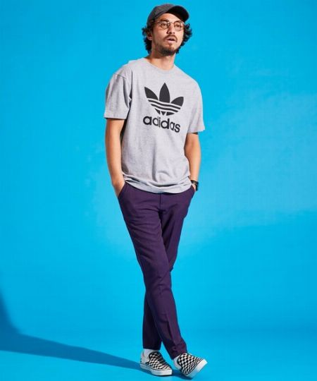 『アディダス』のTシャツは、1枚で着てもアピールできます