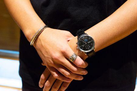 大人なアクセントとして腕時計は不可欠