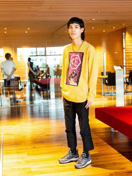 池田さんは、色のあるトップスとリラックスできるシルエットが最近の定番
