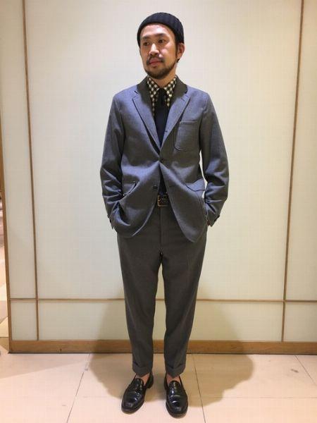 ビジネスタイムにも臨機応変に対応できるカジュアルなスーツスタイル