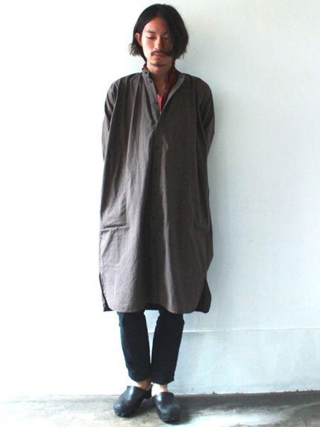 秋らしいコートスタイルにサボで軽さをプラス