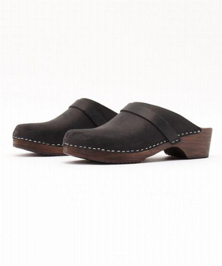 ヨーロッパの木靴が由来のサボは、秋口の履き物としてちょうどいい