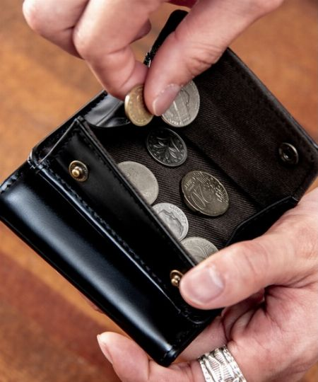 札・カード・小銭が収納できる作りであること