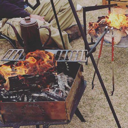 """食事も語らいも""""焚き火""""と一緒がキャンプの醍醐味"""