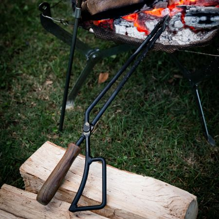 焚き火のお世話には火バサミを使いましょう