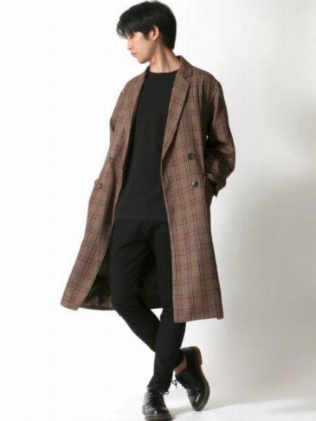 コートの柄や魅力を強調したクールで巧妙なスタイリング