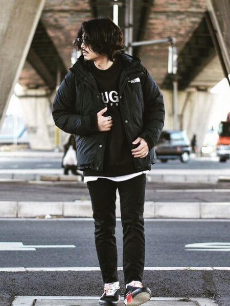 オールブラックで都会的な着こなしに