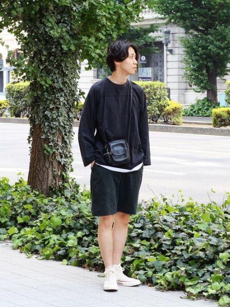 秋にこそ、黒ロンTをショーツスタイルで着こなす