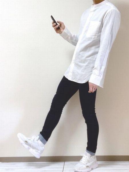 白いシャツ+白スニーカーでクリーンなカジュアルスタイルに