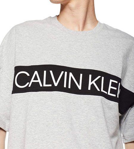 『カルバン・クライン』には、大人にふさわしいロゴTシャツが揃っています