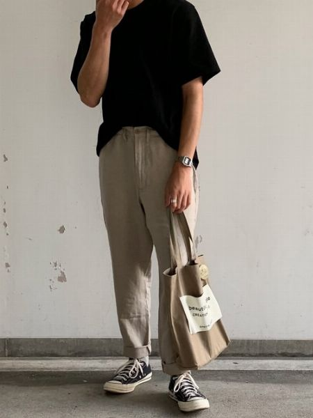 黒のオーバーサイズTシャツがあれば、大人な夏の装い作りも簡単