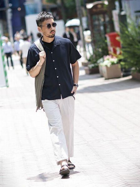 爽やかなシャツコーデにサングラスで大人の色気を