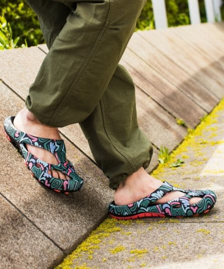 タイプ3:脱ぎ履き楽ちん。水場にも強い「EVA素材」のアウトドアサンダル